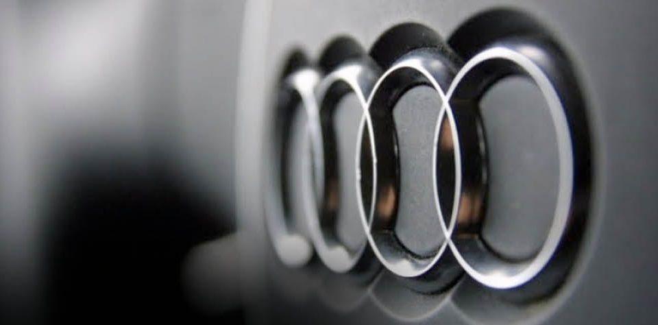 imagen de un volante de audi con el logotipo de la marca